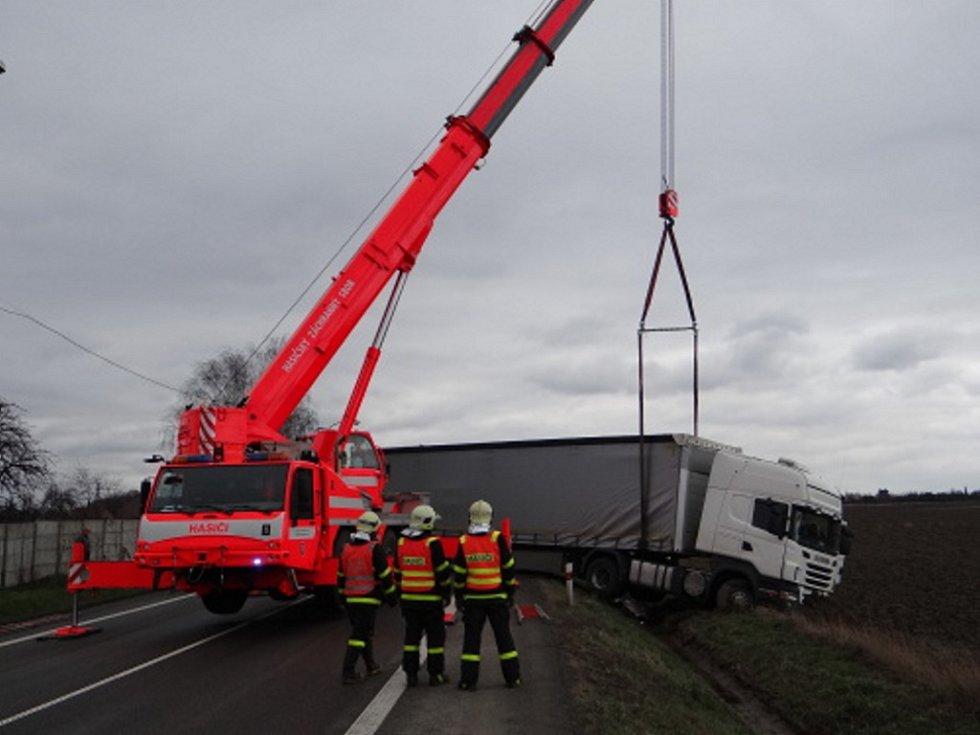 Vyprošťování maďarského kamionu po nehodě v Bohumíně.