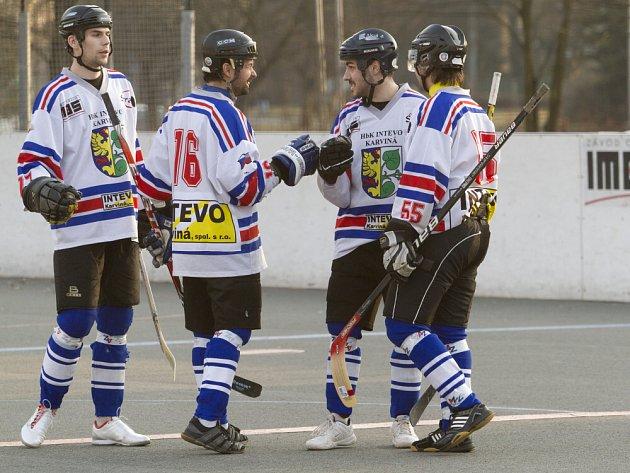 Karvinští hokejbalisté (bílé dresy) si řádně zkomplikovali extraligovou účast.
