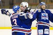 Karvinští hokejisté se radují. Ve finálové sérii porazili Havířov i podruhé a v play-off doma neprohráli.