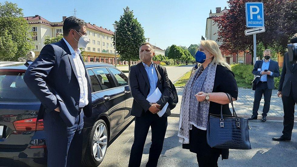 Karviná, návštěva ministryně  pro místní rozvoj Kláry Dostálové (ANO), 10. června 2021. Setkala se mj. s generálním ředitelem společnosti Heimstaden Janem Rafajem (uprostřed) a primátorem Karviné Janem Wolfem (vpravo (ČSSD).