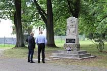 Letos na jaře poškozený památník obětem dvou světových válek, který stál původně poblíž Darkovského mostu, je obnoven a umístěn u kapličky a budovy bývalé dětské léčebny.