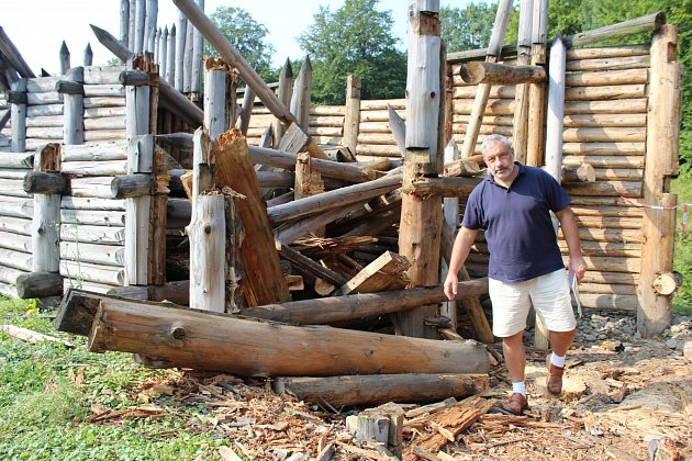 dřevo by se postupně stávalo nebezpečné i pro návštěvníky a zaměstnance archeoparku. Na snímku ukazuje zničené kusy modelu slovanských hradeb ředitel Muzea Těšínska Zbyšek Ondřeka.