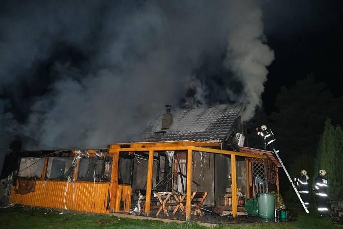 Šest jednotek hasičů zasahovalo vnoci na středu 15.9.2021 vDolních Domaslavicích (okres Frýdek-Místek) u požáru převážně zděné rekreační chaty, stojící nedaleko vodní nádrže Žermanice.