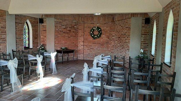 Uhotelu Fridrich uTěrlické přehrady mají novou kapli, kde se konají isvatební obřady.