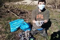 Rouškový úklid vodáků z Posejdonu zbavil břehy Olše stovek kilogramů odpadu.