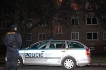 V tomto domě musela proti ozbrojenému muži zakročit policejní zásahovka.