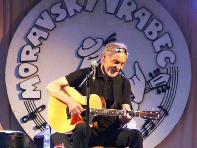 Finále letošního ročníku Moravského vrabce, což je soutěž folkových a country kapel, ozdobil svým koncertem Wabi Daněk. Legendární písničkář zazpíval na pódiu v parčíku před karvinskou restaurací Oáza.
