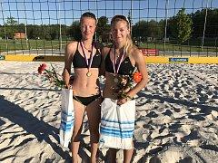 Mladé beachvolejbalistky BVK Karin Žolnerčíková a Šarlota Svobodová (vpravo).