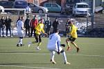 Karvinští fotbalisté (ve žlutém) hráli s Niepolomicemi 0:0.