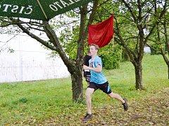 David Koždoň probíhá cílem závodu, který vyhrál.