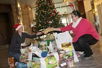 Organizátorky psí předvánoční sbírky s dárečky pro karvinský útulek.