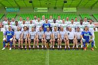 Fotbalisté a členové realizačního týmu MFK Karviná na týmové fotografii před sezonou.