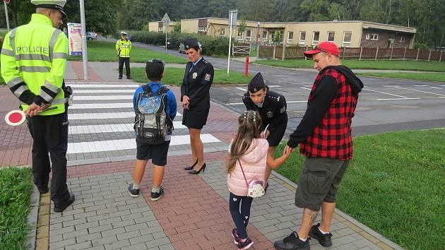 Policisté během akce Zebra se za tebe nerozhlédne – v Koperníkově ulici v Třinci.