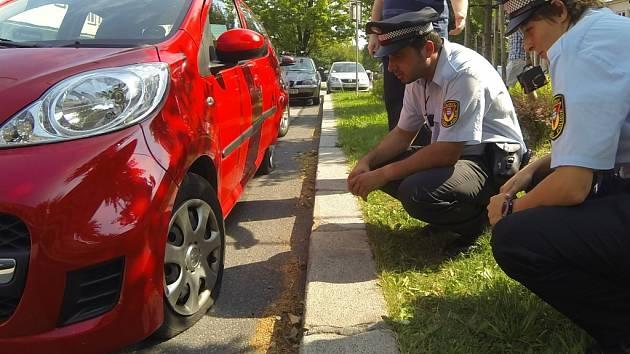 Motoristovi někdo na autě propíchal pneumatiky.