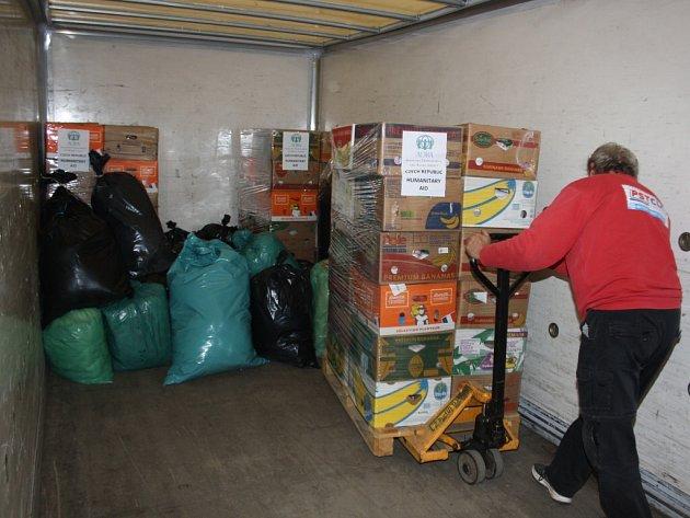 Nakládání potravinové sbírky pro Ukrajinu.