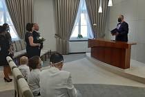 V Bohumíně svatby v době pandemie pojali stylově, 25. dubna 2020.