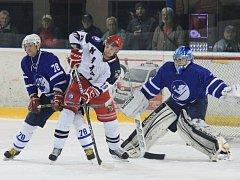 Karvinští hokejisté (v bílém) vyhráli v Novém Jičíně.