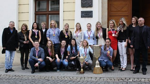 Hokejová rodinka. Tak nazývají trenéři hokejistky SK Karviná, které letos obhájily loňský titul mistryň republiky v ženské lize.