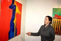 Především zvířecí motivy nabízí výstava Evy Dudzik v karvinské Galerii Pod Věží. Na snímku pracovnice galerie při přípravě vernisáže.