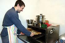 Václav Kijonka začal s pečením cukroví před čtyřmi lety.