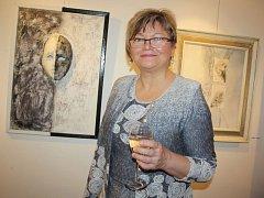 Výtvarnice Šárka Zwardońová u jednoho ze svých obrazů.