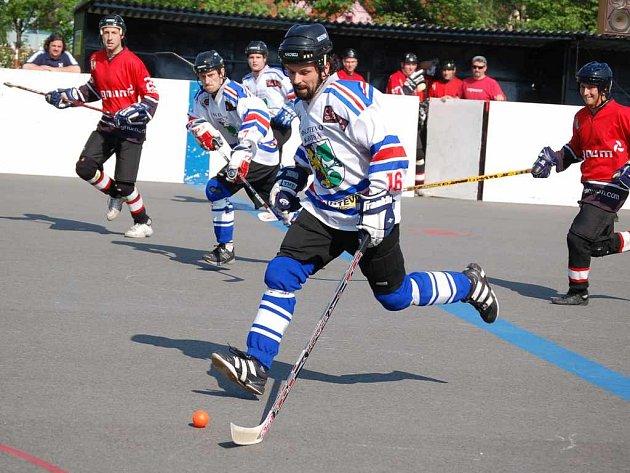 Hokejbalisté Karviné se chystají na novou sezonu. Ta odstartuje 8. září. V karvinském týmu už však zřejmě nebude největší hvězda Martin Kurz, který zvažuje nabídku ze Švýcarska.