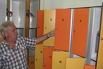 Ředitel SSRZ Václav Wicher ukazuje skříňky v šatně koupaliště, které čelily útoku zlodějů.