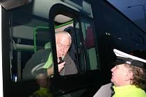Dopravní policista při kontrole řidiče autobusu.