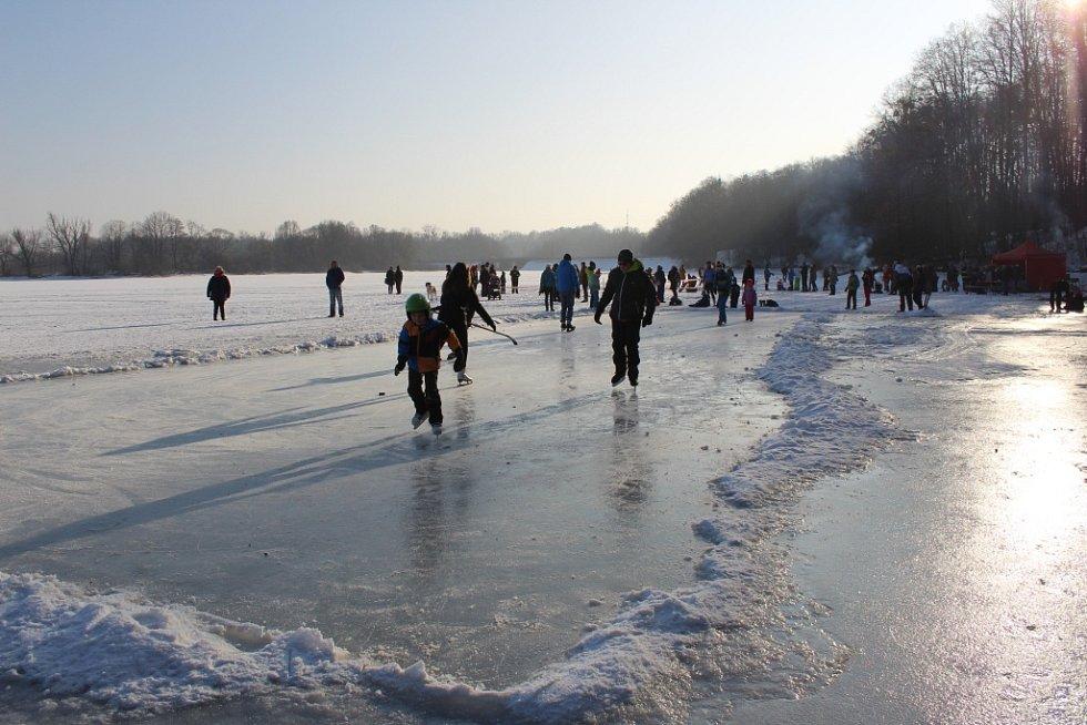 Atrakce na zamrzlé Těrlické přehradě - ledový kolotoč