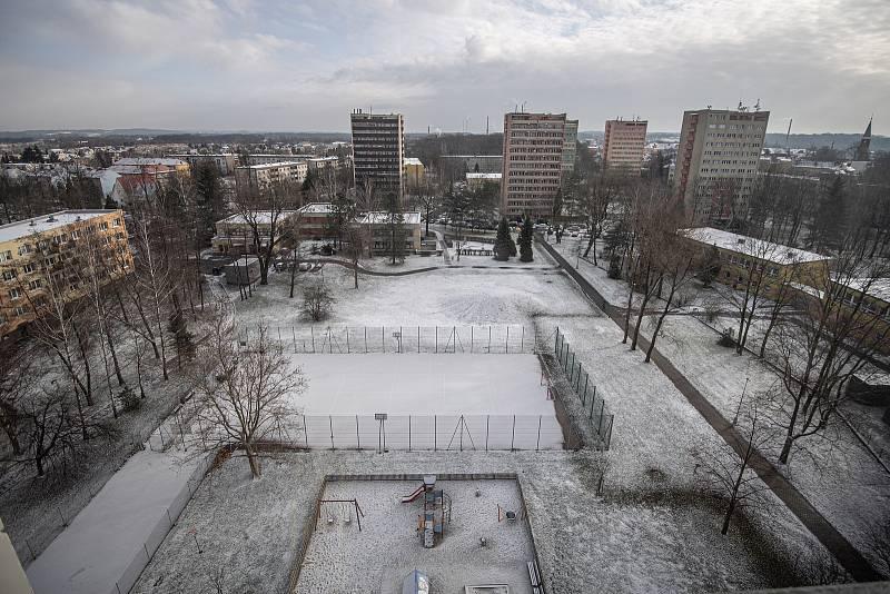 Bohumín dokončil hlavní opravy panelového domu, který loni v létě poničil požár, při němž zemřelo 11 lidí. Snímek z konce ledna 2021. Dělníci opravili ohořelou fasádu a poškozené byty.