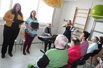 V úterý přijely do českotěšínské nemocnice koncertovat zpěvačky a hudebnice z Ostavy, další koncerty jsou v přípravě.