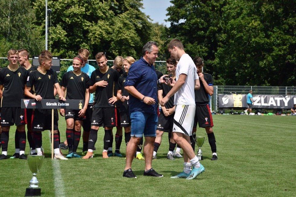 Juraj Teplan přebírá od Tomáše Galáska cenu pro nejlepšího hráče turnaje.