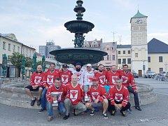 Vítězný tým Staří Bejci s poháry za výhru v základní části i pro celkového vítěze.