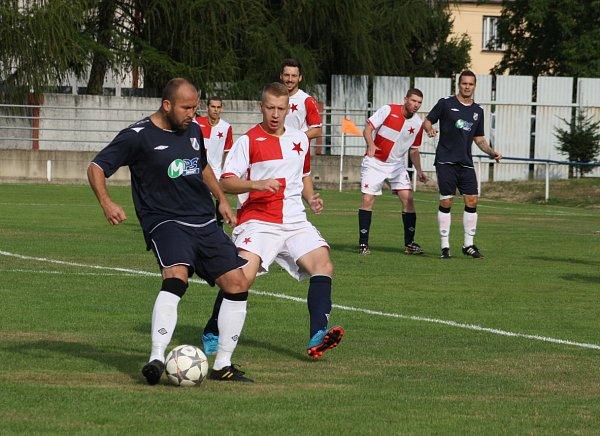 Fotbalové derby mezi Dětmarovicemi (vmodrém) a Orlovou vyhráli domácí.