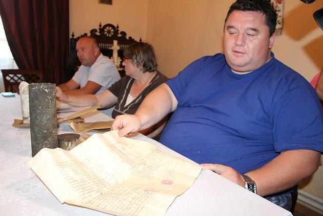 Petrovický farář Tomasz Stachniak s dokumenty z báně věže petrovického kostela.