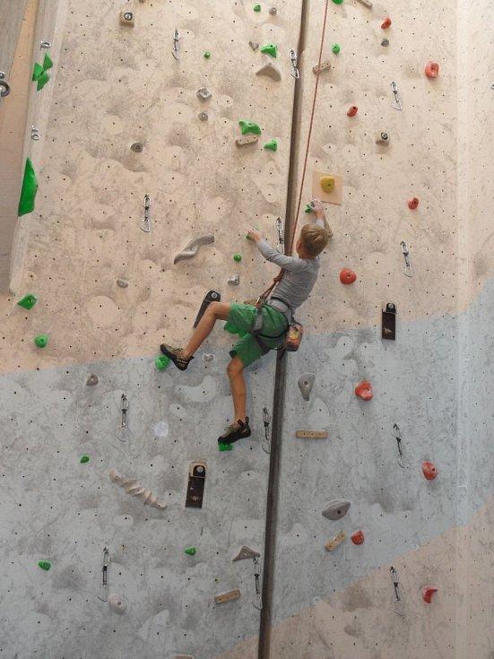 Adam Smiga si na lezecké stěně v Holešovicích počínal jako doma a mezi chlapci do 17 let skončil těsně druhý.
