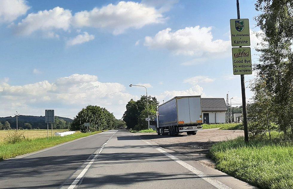 Karviná-Louky. Z původní obce zbylo torzo poté, co její velká část padla v 80. letech za oběť těžbě uhlí. Silnice vedoucí skrze centrum Louk.