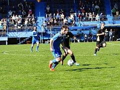 Havířovští fotbalisté (v modrém) se doma vytáhli a deklasovali Dolní Benešov.
