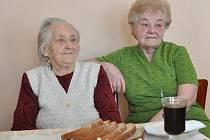 Paní Marie Procházková (vlevo) s dcerou Helenou Ulmanovou, která se o maminku stará.