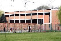 Rozestavěný objekt sportovní haly gymnázia by mohl už na podzim opět ožít. Nového sportoviště se studenti dočkají snad koncem příštího školního roku.
