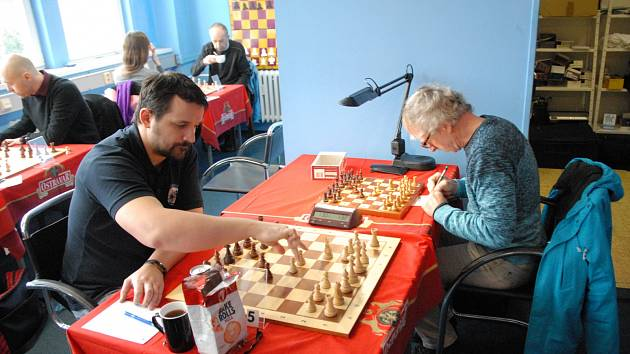 Jaroslav Olšar (vpravo) zvítězil ve svém utkání nad Luďkem Dobešem.