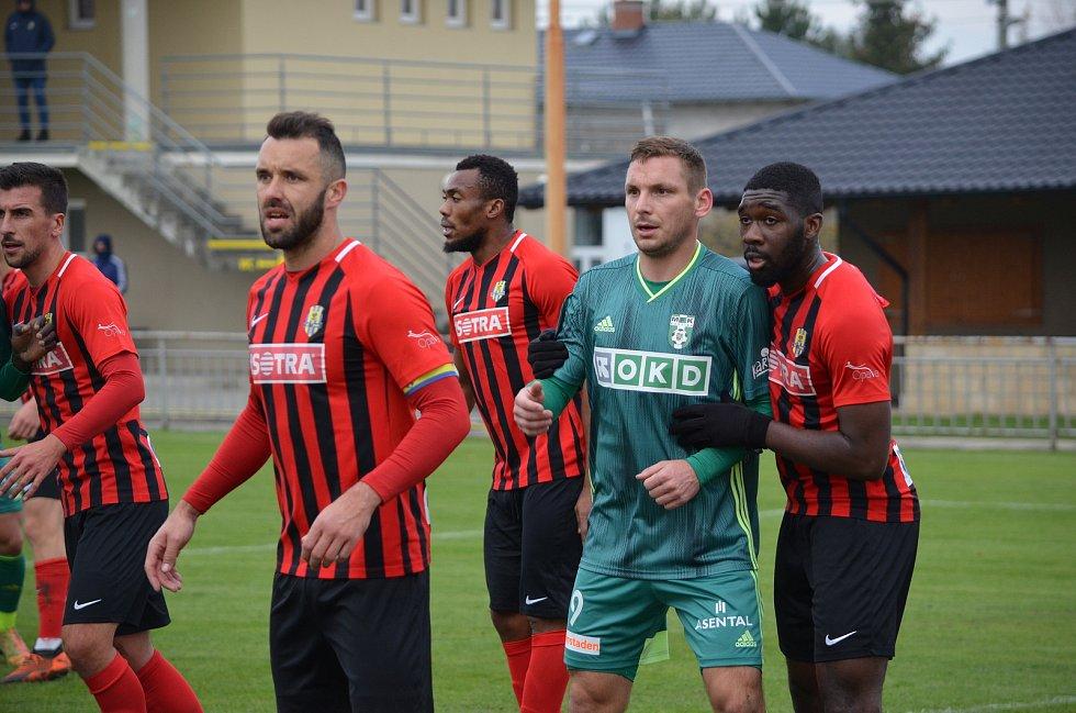 Fotbalová příprava mezi Opavou (v červeném) a Karvinou ve Velkých Hošticích.