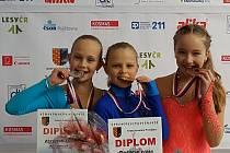 Laura Kotyzová (vlevo), stříbrná v kategorii nejmladších žaček.