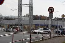 Zákaz odbočení řidiči snadno přehlédnou, vodorovné značení je pak vede přímo na autobusové stanoviště.