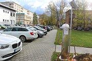 Automat pro zpoplatněné parkování ve Fibichově ulici v centru Havířova.