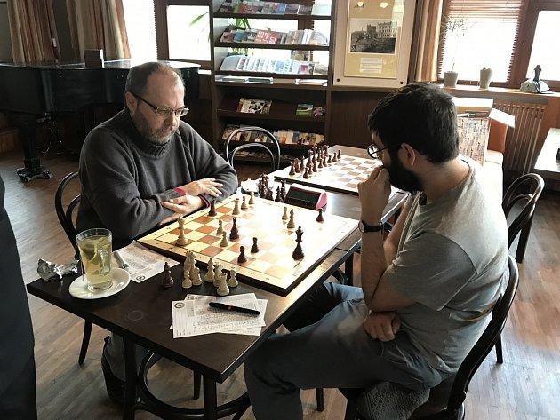 Igor Stonawski (vlevo) ukázal, že neztratil nic ze svého umění a při své prvoligové premiéře porazil Itala Ivana Di Libertiho, který hrál za Lokomotivu.