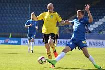 Marek Janečka (vlevo) a jeho spoluhráči z Karviné hrají o udržení v lize.