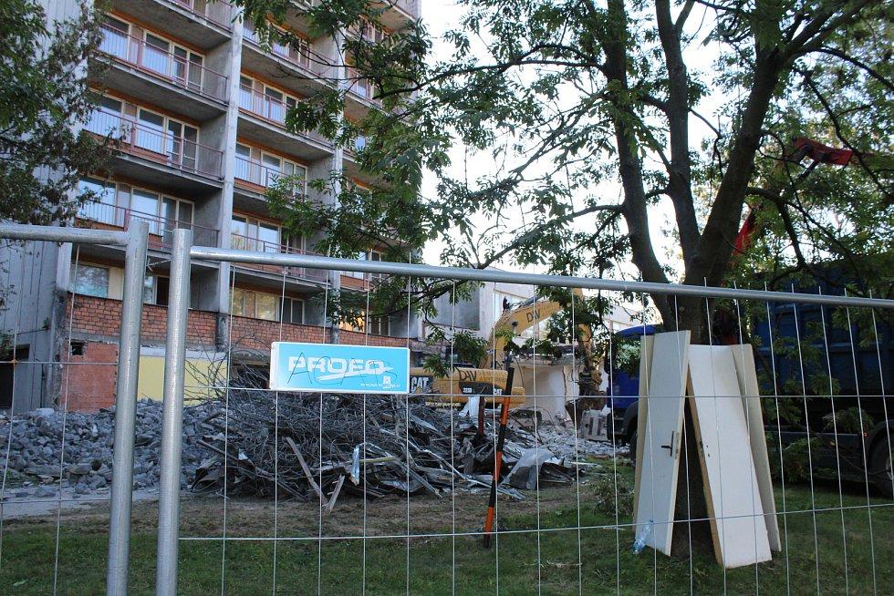 Demolice, pak rekonstrukce. Rekonstrukce ubytovny Kosmos, září 2018.