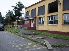 Bouře také rozbila okno u budovy nádraží v Petrovicích u Karviné.