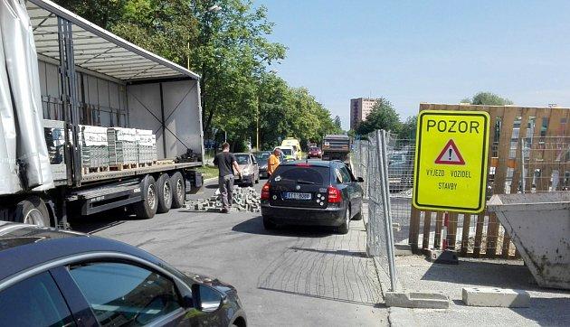 Drobný dopravní kolaps způsobila vysypaná paleta dlažebních kostek.